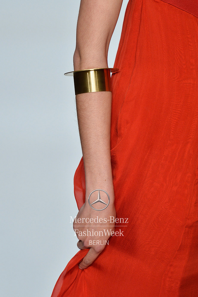 MUYOMBANO Jewelry: PURE A2 bracelet short_Stainless steel gold Dress: Romero Bryan